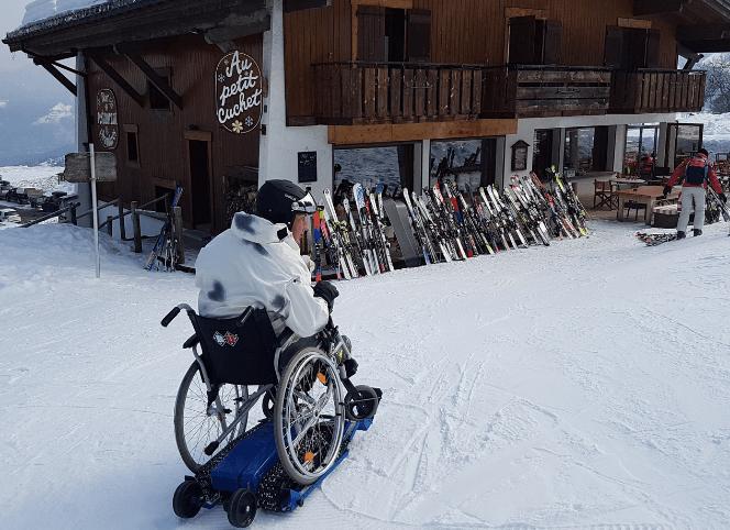 Chenillette tout terrain pour fauteuil roulant en station de ski