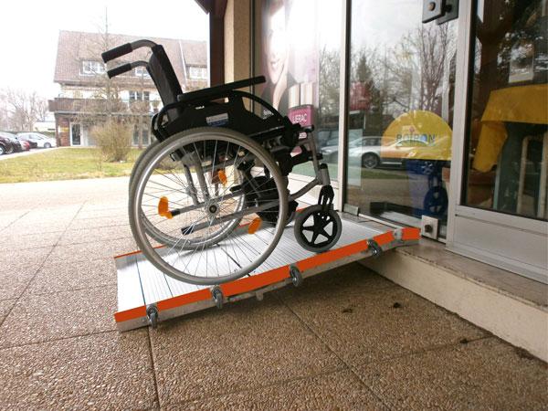 Rampe d'accès Roll up et fauteuil roulant