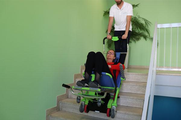 Chaise d'évacuation motorisée EXCEL-E monte et descend les escaliers grâce à ses chenillettes