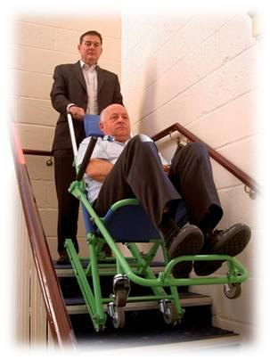 Évacuation d'une personne à mobilité réduite par les escaliers avec la chaise d'évacuation Exel