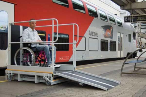 Élévateur mobile Pégase, permet l'accès au train pour handicapés en fauteuil roulant