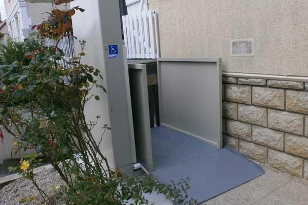 Elévateur vertical fixe Diane pour accès en fauteuil roulant dans ERP