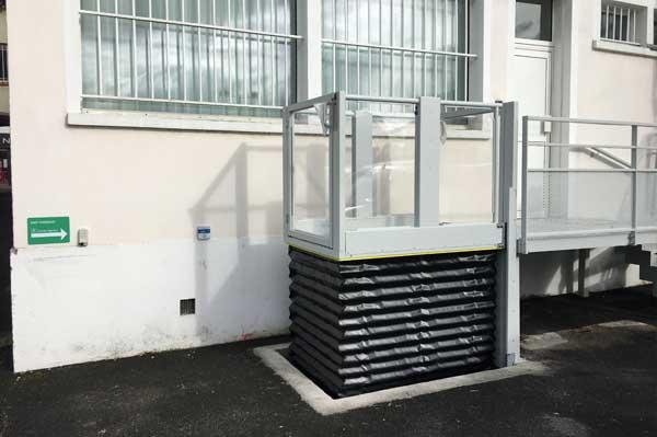 Elévateur vertical fixe Hermes XL pour accès en fauteuil roulant dans ERP