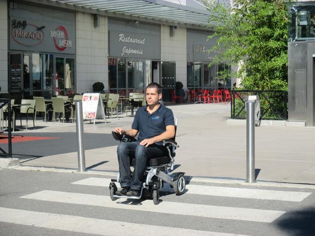 Le fauteuil roulant électrique sorolla pour pmr et handicapés est idéal en ville