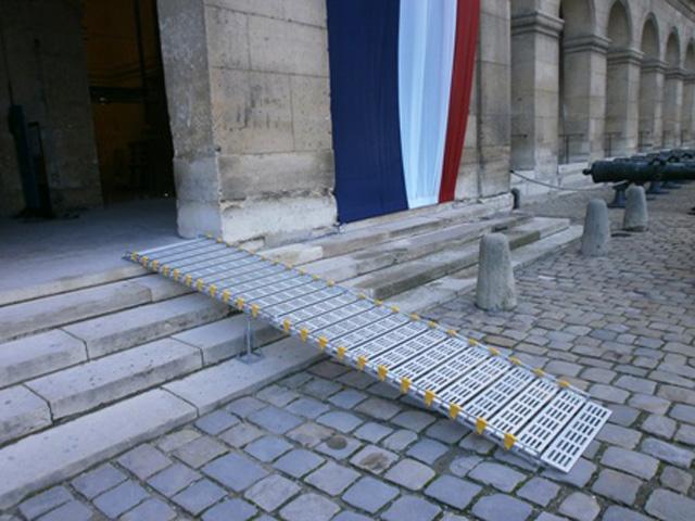 Franchissement d'escaliers avec une rampe d'accès modulaire