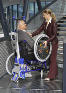 Installation du fauteuil roulant sur le monte escaliers pt 130 adapt