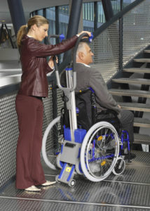 Fixation du fauteuil roulant sur le monte escaliers liftkar pt 130 adapt