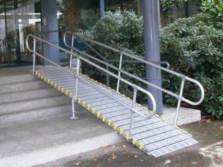 Rampe d'accès handicapé modulaire en aluminium avec mains courantes