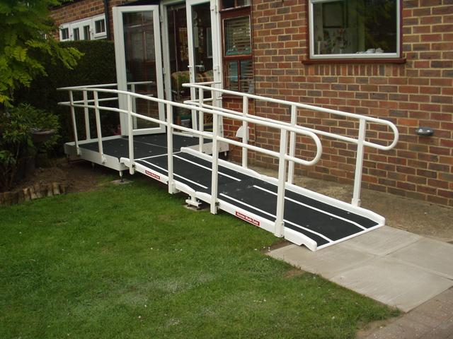 Rampes accès batiment en fibre de verre pour handicapes et pmr