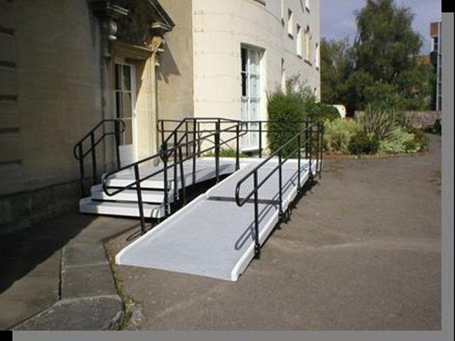 Rampe d'accès handicapé avec escaliers et double mains courantes