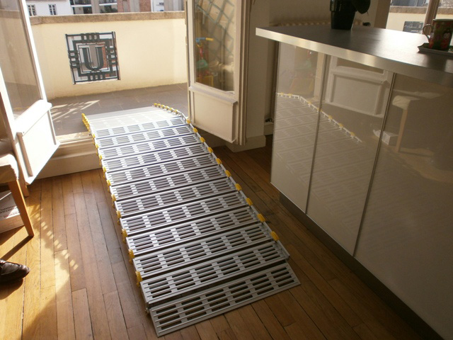 Passge de seuil avec une rampe d'accès modulaire en aluminium
