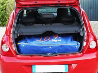 Transport du fauteuil d'accès au bain JOB classic dans un coffre de voiture